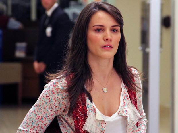 Carolina chora e promete se vingar de Vânia (Foto: Guerra dos Sexos / TV Globo)
