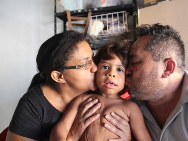 Vicente Oliveira, Jeane Rodrigues e o filho João Vinicius (Foto: Ellyo Teixeira/G1)
