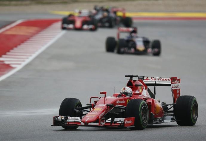 Sebastian Vettel saiu do meio do pelotão e chegou a ameaçar vitória das Mercedes (Foto: AP)