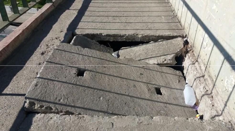 Bueiros quebrados ameaçam pedestres que cruzam a Ponte do Jaguaré, na Zona Oeste de SP (Foto: Marina Moura/Divulgação/ONG Corrida Amiga)