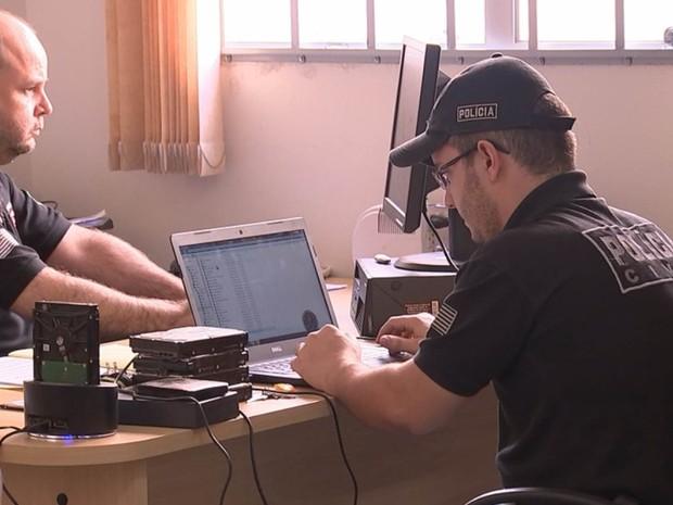 Policiais fazem perícia em material apreendido durante operação (Foto: Reprodução / TV TEM)