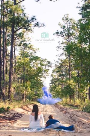 Ao longe aparece a fumaça azul indicando que é um menino (Foto: Reprodução/ Facebook)