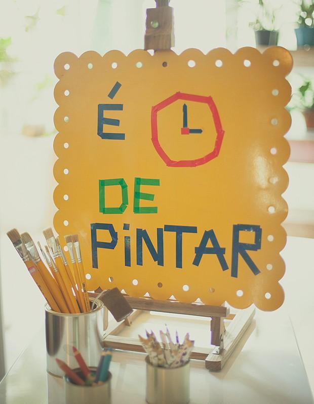 Plaquinha indica o canto da pintura (Foto: Tati Abreu/Editora Globo)