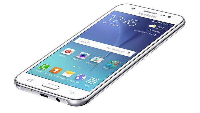 Galaxy J5 (2015) tem tela de cinco polegadas HD e Android atualizável para a versão 6.0 (Foto: Divulgação/Samsung)