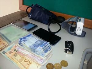 Com o grupo foram localizados dinheiro e equipamentos usados por profissionais da saúde (Foto: Claudinei Troiano/TV Fronteira)
