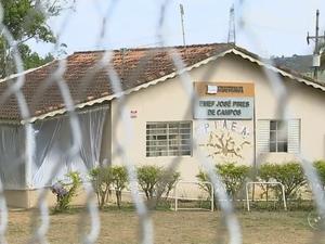 Escola foi interditada para obras em julho; até outubro nada foi feito (Foto: Reprodução/TV TEM)
