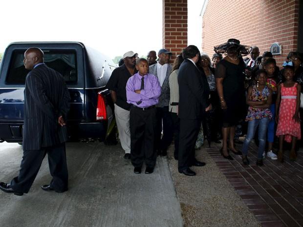 Grupo se reúne ao lado de fora da igreja onde acontece o funeral de B.B. King, em Indianola, no Mississippi, neste sábado (30) (Foto: Mike Blake/Reuters)