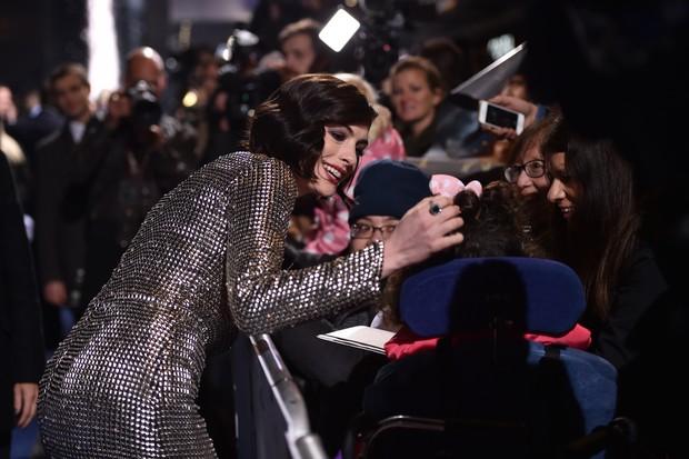 Anne Hathaway na première de Instellar, em Londres (Foto: AFP)