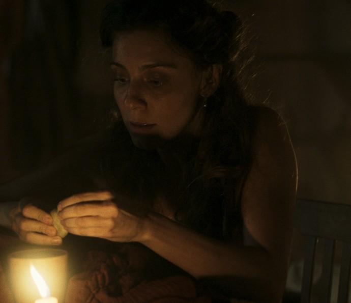 Anita coloca líquido na bebida de Guilhermo (Foto: TV Globo)