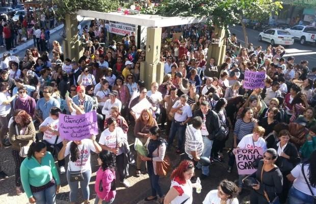 Servidores da Educação e agentes de trânsito protestam na Praça do Bandeirante, em Goiânia, Goiás (Foto: Eduardo Silva/ TV Anhanguera)
