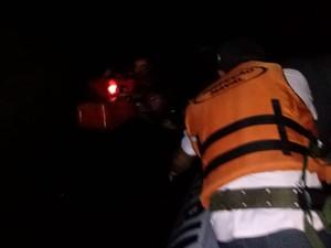 No meio da escuridão, vítimas utilizaram luz de celular para serem avistados (Foto: Divulgação/Capitania FLuvial de Santarém)