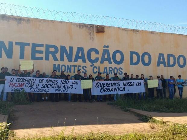 Servidores se reúniram em frente ao Csensa (Foto: Sindpublicos/Divulgação)