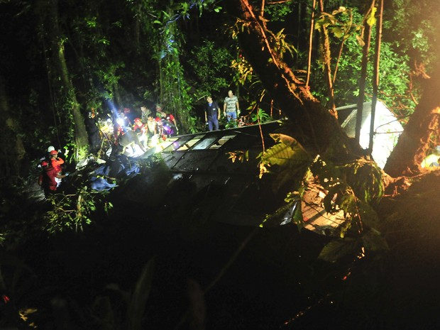 Ônibus caiu em ribanceira no Norte de Santa Catarina na noite de sábado (14) (Foto: Salmo Duarte/Agência RBS/AP)