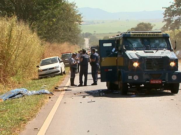 Rodovia Abrão Assed foi interditada para perícia e busca dos presos foragidos (Foto: Paulo Souza/EPTV)
