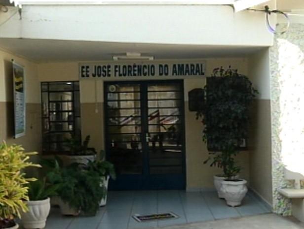Fachada da escola em Monções onde as crianças beberam veneno (Foto: Reprodução / TV Tem)