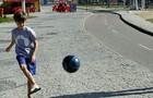 Vitor Figueiredo mostra talento ao chutar uma bola nos bastidores (Foto: Fábio Rocha/TV Globo)