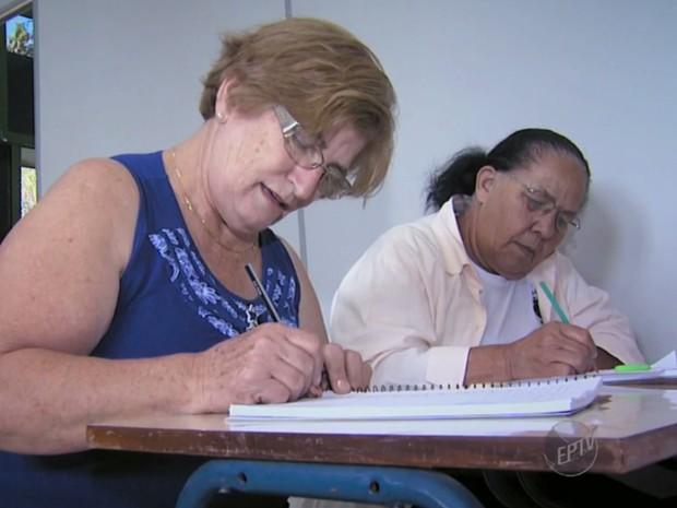 Grupo de idosos em escola em Valinhos, SP (Foto: Reprodução/ EPTV)