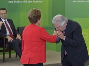 Guilherme Afif e a presidente Dilma durante a solenidade de posse do ministro (Foto: Wilson Dias / Agência Brasil)