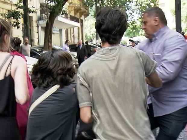 Grupo tenta barrar saída do prefeito Fernando Haddad após missa de aniversário de São Paulo. Protesto foi contra o reajuste das passagens de ônibus e trens na capital paulista (Foto: Reprodução TV Globo)