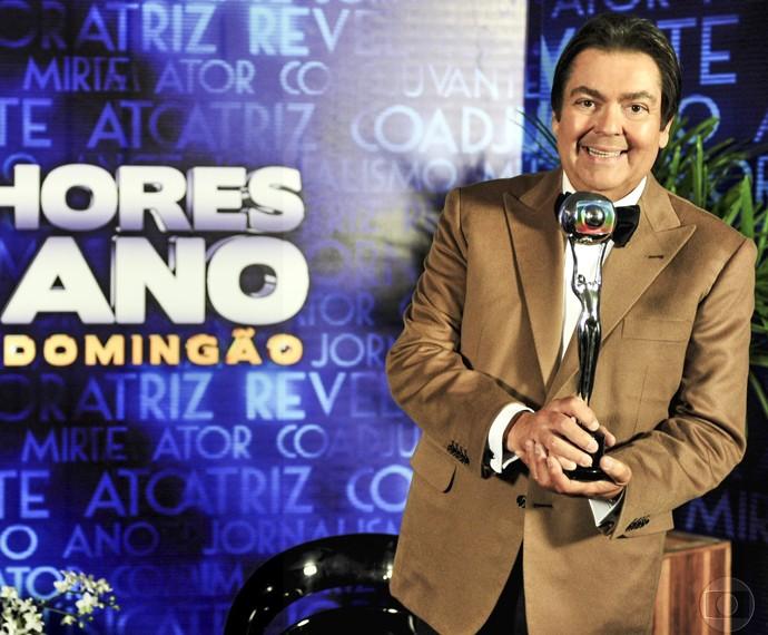 Faustão posa com o troféu do Melhores do Ano (Foto: Cedoc / TV Globo)