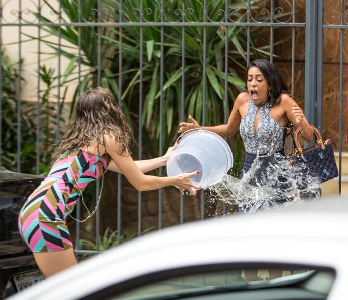 Cassandra joga um balde de água fria em Dorinha (Foto: Fabiano Battaglin/Gshow)