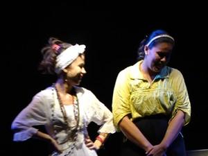 Baiana e a jovem religiosa encenando na Casa da Cultura (Foto: Divulgação/Cia. de Teatro Papa Xibé)