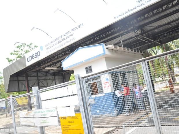 Portão fechado indica início das provas em Rio Preto (Foto: Natália Clementin / G1)