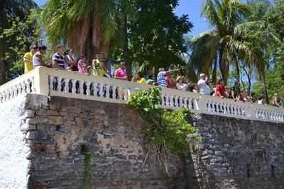 Público acompanhava com apreensão as chegadas dos canoístas na prainha do Porto Geral (Foto: Hélder Rafael)