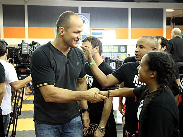 Cigano é cercado por jovens lutadores que querem conhecer o ídolo (Foto: Carol Caminha / TV Globo)