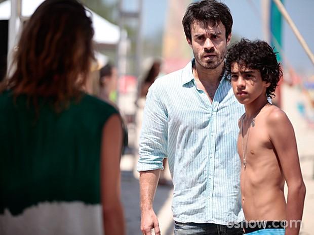 Guilherme não entende o porquê de tanta briga na praia (Foto: Pedro Curi / TV Globo)