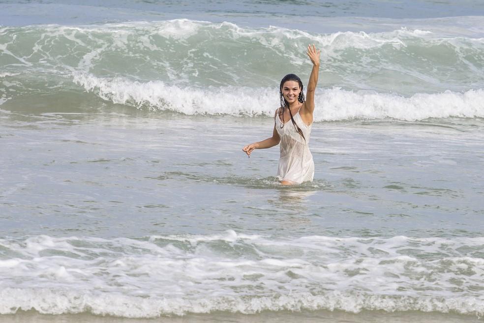 Rita chama o amado para o mar! Como resistir?! (Foto: Fábio Rocha/Gshow)