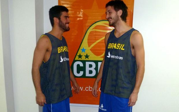 Gegê conversa com Elinho durante apresentação da seleção de novos (Foto: Divulgação/CBB)