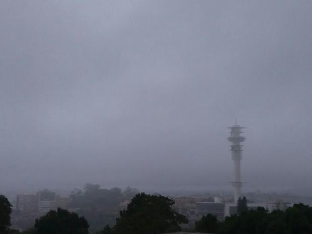 Tempo fechado, chuvoso, chuva porto alegre (Foto: Gabriela Haas/RBS TV)