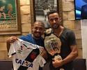 Aldo dá cinturão do UFC para Nenê e posa segurando a camisa do Vasco