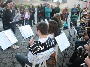 Apresentação dos alunos da Banda abriu o período de inscrição.  (Foto: Valéria Martins/G1)