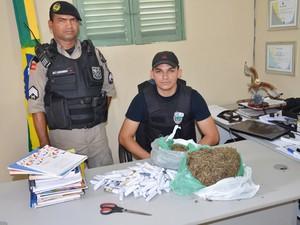 Suspeito embalava droga com páginas de livros infantis em João Pessoa. Ele foi preso durante a Operação Saturação no bairro Padre Zé (Foto: Walter Paparazzo/G1)