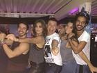 Com sutiã à mostra, Juliana Paes curte baile funk com David Brazil