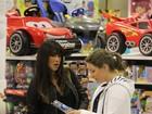 Daniele Suzuki passeia com o filho em loja de brinquedos