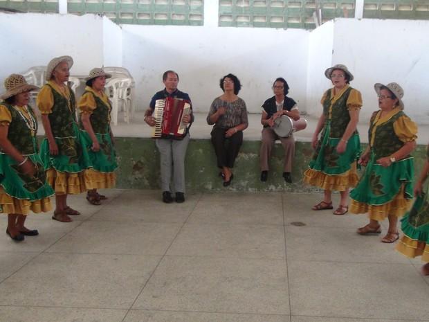 Mulheres se apresentam com trio pé de serra (Foto: Carolina Sanches/G1)
