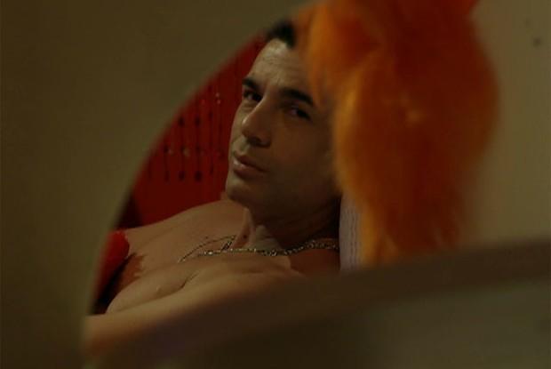 Ao ser flagrado de cuecas, Samir disfarça (Foto: Pé na Cova / TV Globo)