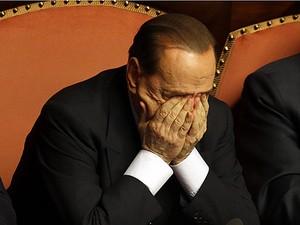 Silvio Berlusconi esfrega os olhos após discursar no Senado de Roma na quarta-feira (2) (Foto: Gregorio Borgia/AP)
