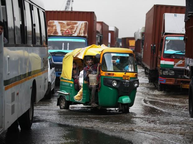 Foto de 29/07 mostra enchente na cidade de Gurgaon, próxima a Nova Delhi. A região passou por processo rápido de urbanização e se tornou um centro financeiro e industrial. (Foto: AP Photo/Altaf Qadri)