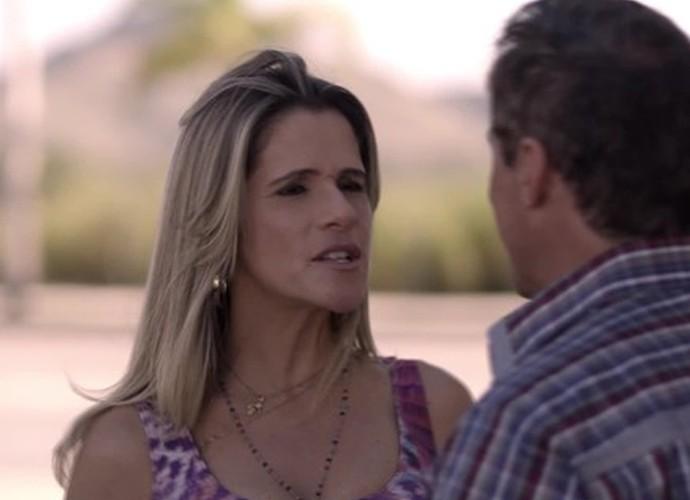 Marlene briga com Nelson sobre escola de samba (Foto: TV Globo)