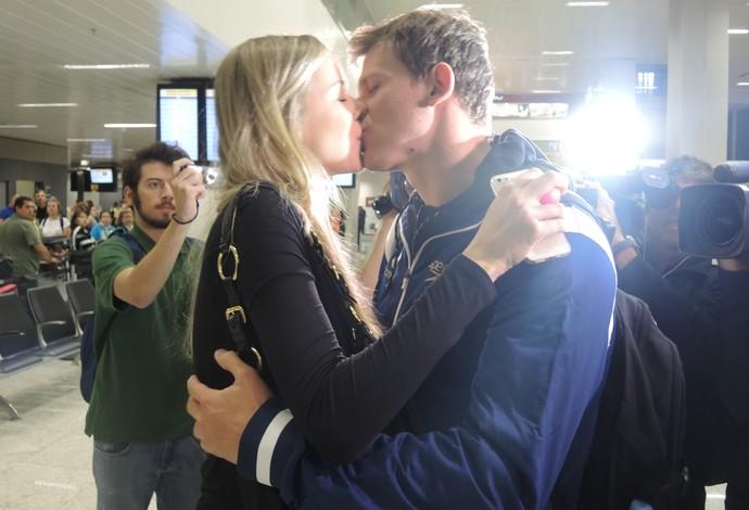 Após corte, Cesar Cielo é recebico com beijos pela esposa grávida (Foto: David Abramvezt)