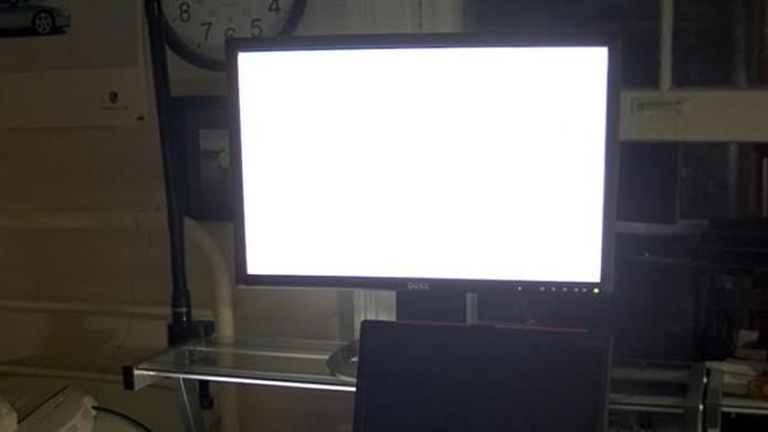 Se a tela se iluminar, mas não mostrar nenhuma imagem, pode estar havendo um problema de conexão ou de voltagem (Foto: Reprodução/Flirck – toff.trotter)