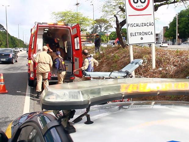 Vítimas de acidente entre moto e carro foram socorridas pelos Bombeiros e levadas para o Hospital de Trauma (Foto: Walter Paparazzo/G1)