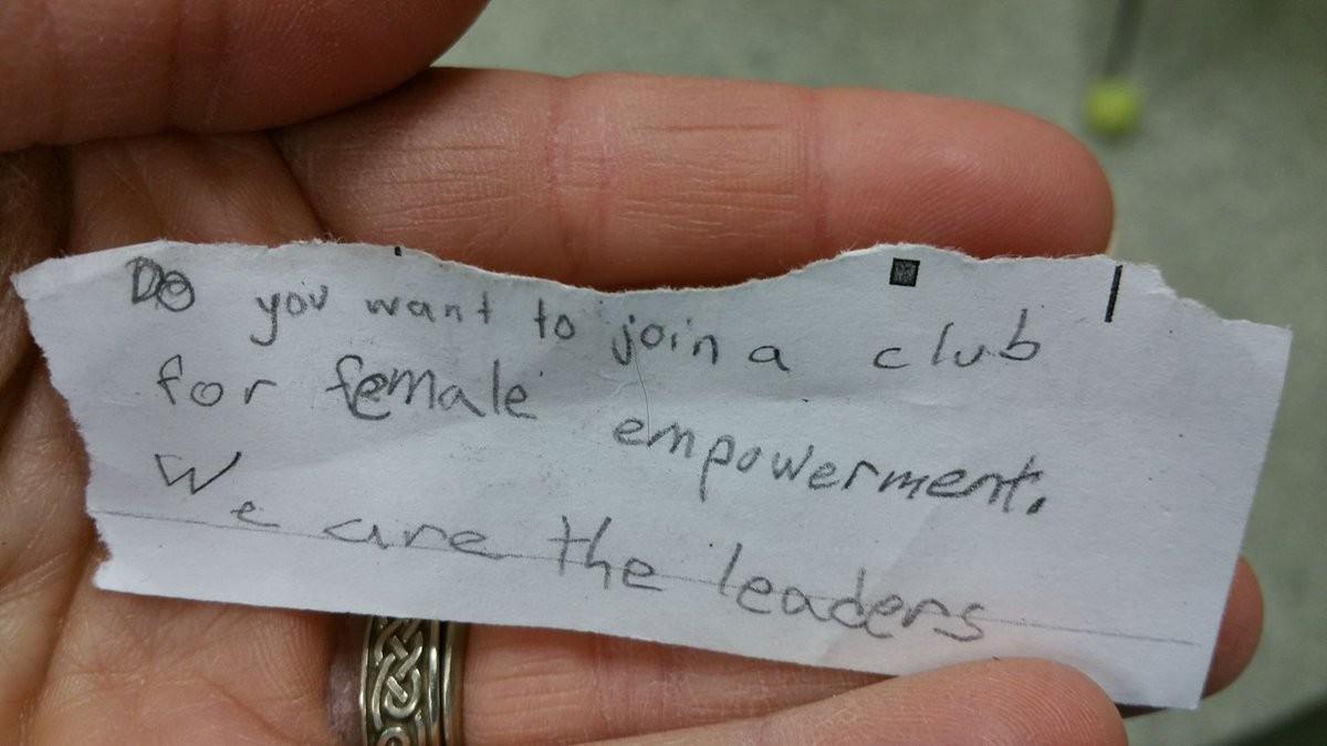 """""""Quer fazer parte de um grupo de empoderamento feminino? Nós somos as líderes"""", escreveu a garotinha (Foto: Reprodução)"""