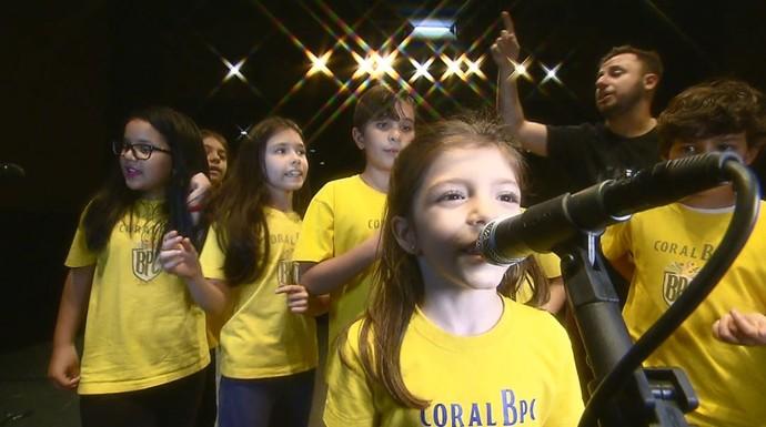 """As crianças do coral do projeto """"Beatles Para Crianças"""" mostram sua paixão pela banda britânica (Foto: reprodução EPTV)"""