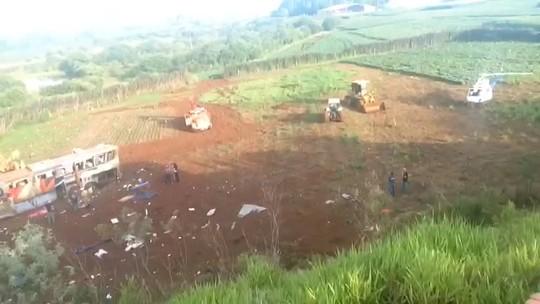 Passageiros morrem após ônibus sair de pista em rodovia do Paraná