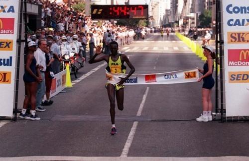 Paul tergat cruza a linha de chegada e vence a Corrida de São Silvestre de 1998. Foto de Sérgio Andrade (Foto: Arquivo)